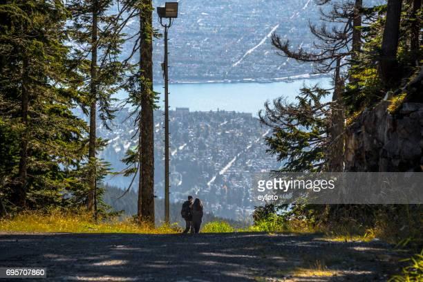 グラウス マウンテン - バンクーバーのビュー - grouse mountain ストックフォトと画像