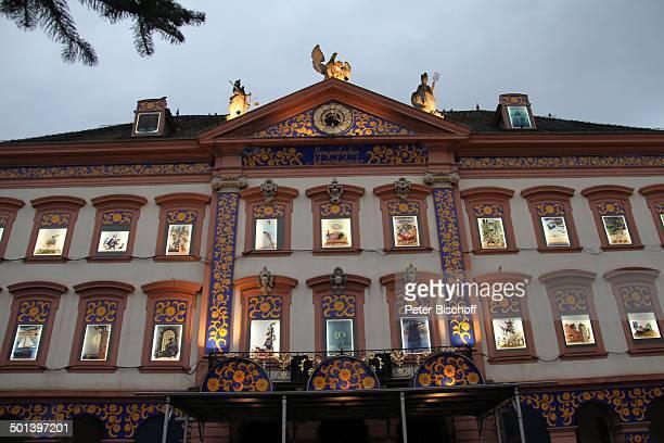 Größter Adventskalender der Welt am Heiligabend Rathaus von Gengenbach mit 24 beleuchteten Fenstern mit MärchenMotiven Marktplatz Gengenbach in der...