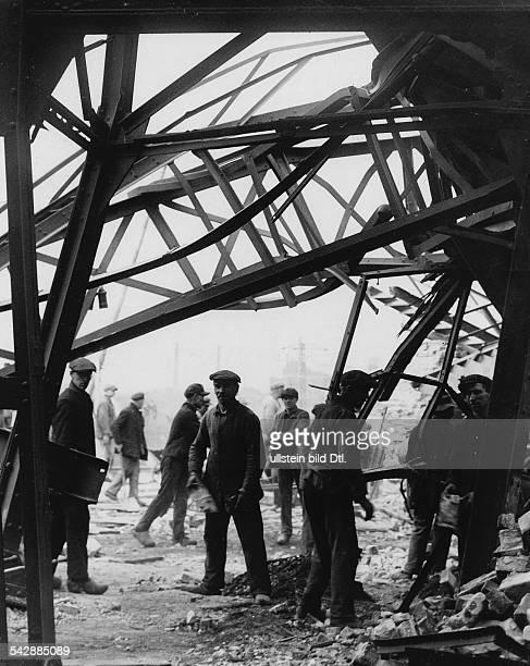Grubenunglück im Bergwerk in Alsdorf Arbeiter an der Unglücksstelle Oktober 1930Fotografie Martin Munkacsy