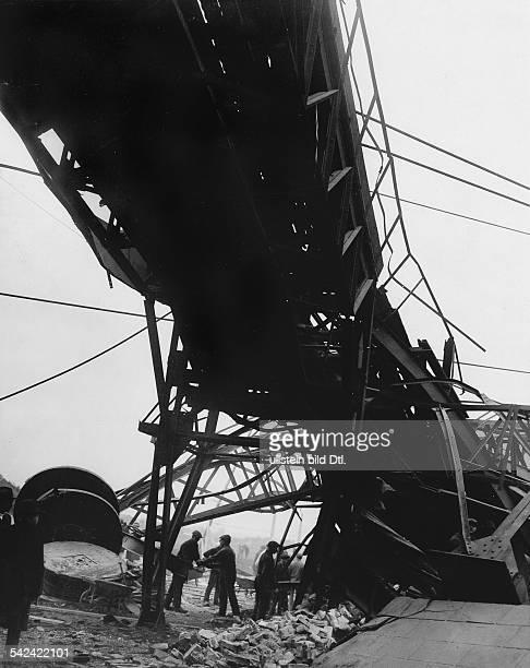 Grubenunglück im Bergwerk von Alsdorf die Unglücksstelle mit dem eingestürzten Turm Oktober 1930 Aufnahme Martin Munkacsy