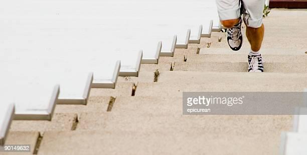 Séance d'exercice épuisante sur stadium escaliers