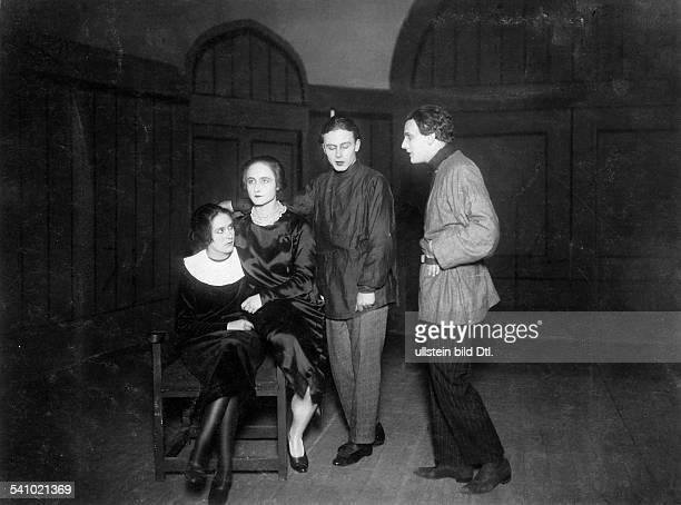 Gruendgens Gustaf Schauspieler Regisseur D*22111899 in a scene from the play 'Anja und Esther' byKlaus Mann from left to right Erika Mann...