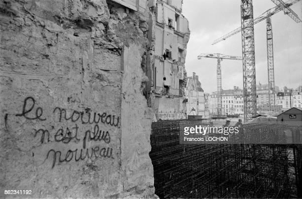 Grues sur le chantier de construction du centre Georges Pompidou et du plateau Beaubourg à Paris le 6 décembre 1976, France.
