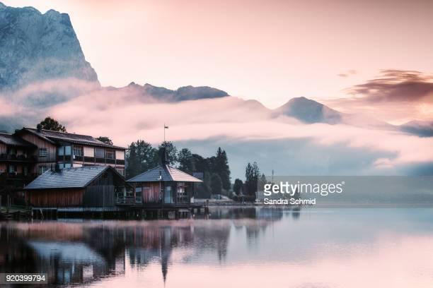 grundlsee lake at sunrise - autriche photos et images de collection