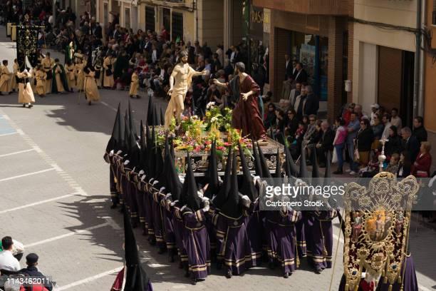 grupo de mujeres nazarenas anderas llevando un trono a hombros, en la semana santa de jumilla. - mujeres fotos stockfoto's en -beelden
