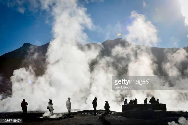 grupo de pessoas no geyser el tatio - pessoas stock pictures, royalty-free photos & images