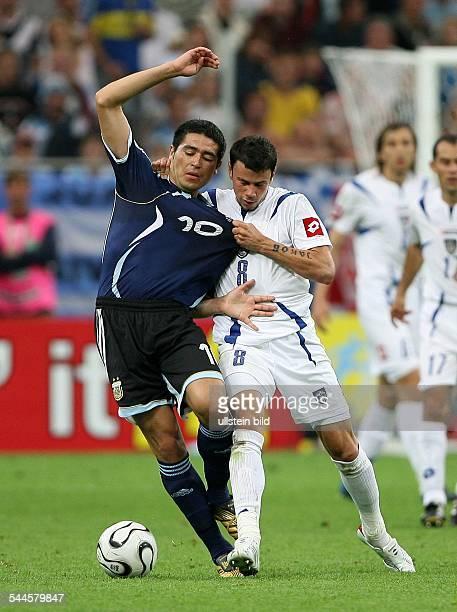 FIFA WM 2006 Gruppe C Argentinien Serbien und Montenegro 60 Gelsenkirchen Zweikampf zwischen Argentiniens Juan Riquelme und Mateja Kezman