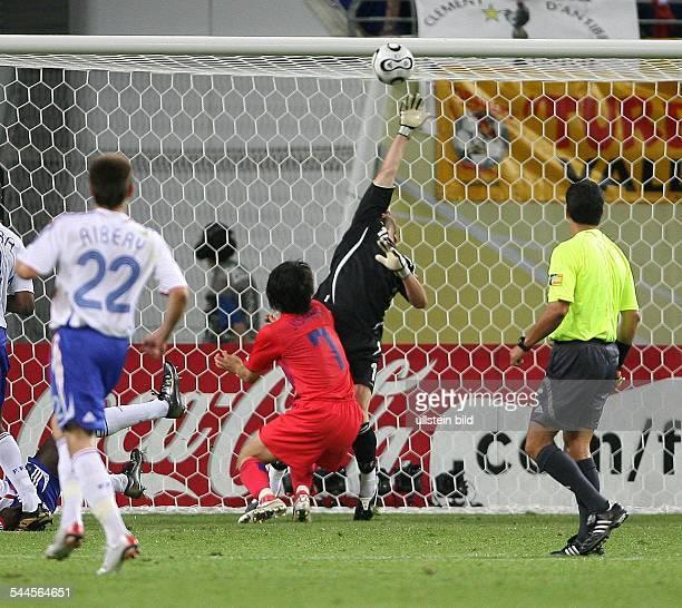 FIFA WM 2006 Gruppe G Frankreich Südkorea 11 Leipzig das Tor zum 11 durch Koreas Ji Sung Park vorbei an Torwart Fabien Barthez