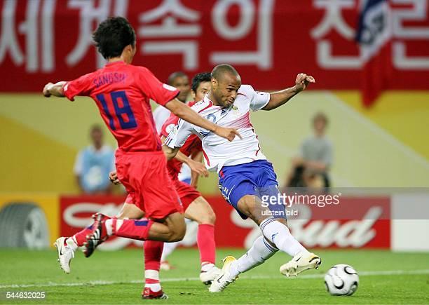 FIFA WM 2006 Gruppe G Frankreich Südkorea 11 Leipzig Zweikampf zwischen Frankreichs Thierry Henry und Koreas Sang Sik Kim