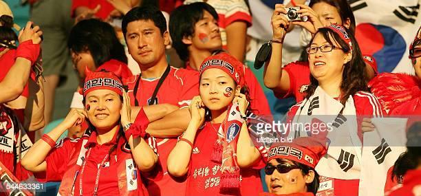FIFA WM 2006 Gruppe G Leipzig Frankreich Südkorea 11 weibliche koreanische Fans auf der Stadiontribüne beim Telefonieren mit dem Handy