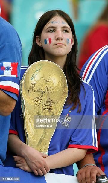 FIFA WM 2006 Gruppe G Leipzig Frankreich Südkorea 11 weiblicher Fan von Frankreich mit WMPokal in Pappmaché