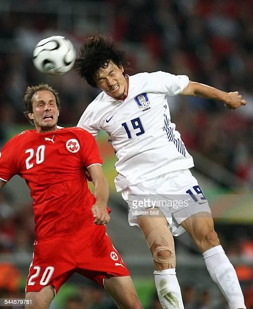 FIFA WM 2006 Gruppe G Schweiz Südkorea 20 Hannover Kopfballduell zwischen dem Schweizer Patrick Mueller und Koreas Jae Jin Cho