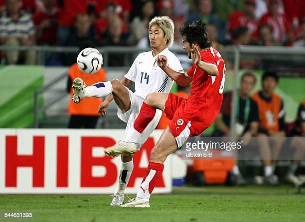 FIFA WM 2006 Gruppe G Schweiz Südkorea 20 Hannover Zweikampf zwischen Koreas Chun Soo Lee und dem Schweizer Raphael Wicky