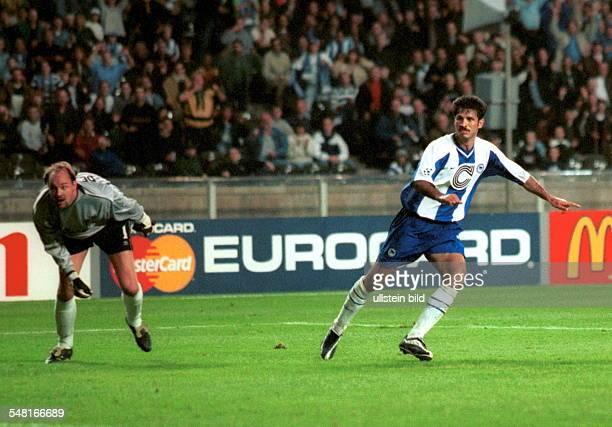 Hertha BSC Berlin FC Chelsea London 21 Ali Daei erzielt das 20 links schaut Torwart Ed de Goey dem Ball hinterher