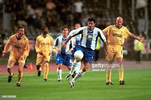 Hertha BSC Berlin FC Chelsea London 21 Spielszene Graeme Le Saux und Frank Leboeuf können Ali Daei nicht halten