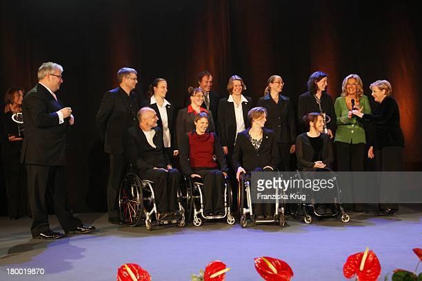 """Gruppenbild Mit Preisträgerteam Rullstuhlbasketball Und Bundeskanzlerin Angela Merkel Und Bettina Tietjen Bei Der """"Nacht Der Stars - Ein Festabend..."""