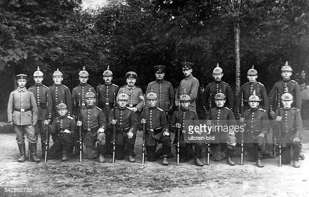 Deutsche Soldaten mitPickelhaube und Gewehr oJ