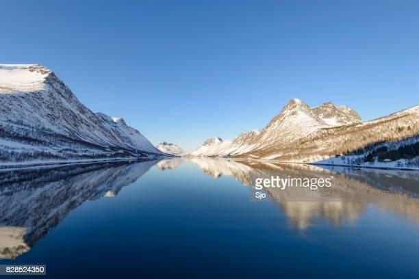 """vista panorámica de gryllefjorden durante un día de invierno hermosa - """"sjoerd van der wal"""" or """"sjo"""" fotografías e imágenes de stock"""