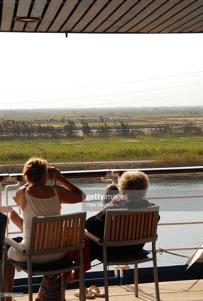 "Gäste an Deck, Kreuzfahrtschiff MS ""Astoria"", Suez-Kanal, Ägypten, Afrika, Asien, Sc : News Photo"