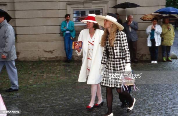 Gäste auf dem Weg zur Hochzeit von Maximilian von Fürstenberg mit Diana von Berlichingen in Jagsthausen, Deutschland 1992.