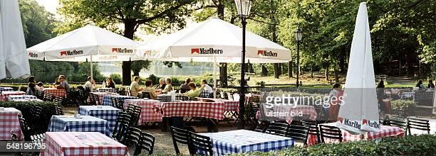 Gäste im Garten vom Restaurant Moorlake an der Havel August 1999