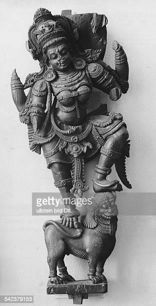 Göttin Durga Frau des Gottes ShivaHolzplastik Provinz TravancoreCochinSüdindien ca 17Jh