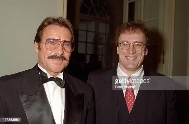 Götz George Dr Jack Schiffer Bayrischer Filmpreis 1995 CuvillieÏs Theater München Bayern Deutschland Europa Brille Anzug Fliege Schauspieler SI