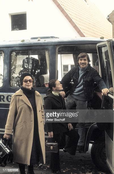 Götz George Mutter Berta Drews Ehefrau Loni von Friedl Berlin Deutschland Europa Sonnenbrille Handtasche Transporter Schauspieler SI