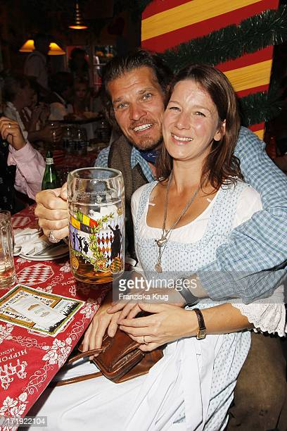 Götz Otto Und Ehefrau Sabine Im Hippodrom Nach Dem Anstich Auf Dem Oktoberfest In München Am 180910