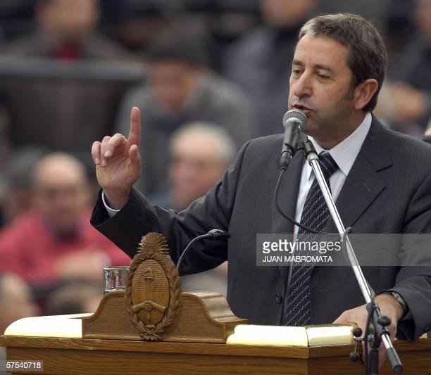 El gobernador de la provincia de Mendoza Julio Cobos habla durante el acto realizado en el Corsodromo de Gualeguaychu durante el acto presidido por...
