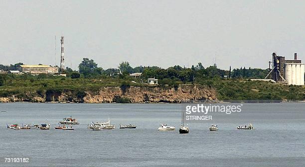 Embarcaciones tripuladas por activistas de la ciudad argentina Gualeguaychu bloquean el canal de navegacion del rio Uruguay frente a la planta de...