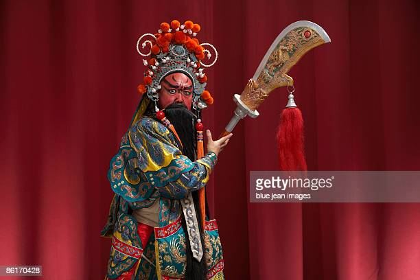 guang gong, ancient chinese general in beijing opera costume, represents protection and wealth - chinese opera stock-fotos und bilder