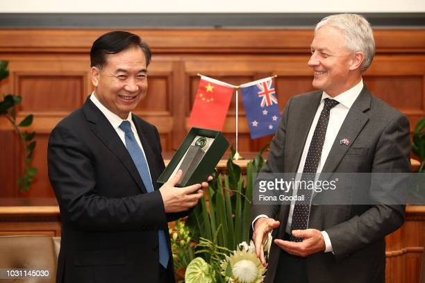 Guangdong Party Secretary Li Xi exchanges gifts with Auckland Mayor Phil Goff on September 11, 2018 in Auckland, New Zealand. Mr Li Xi is on a...