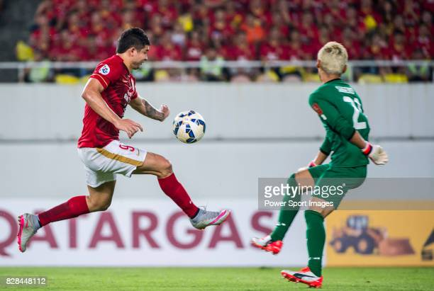 Guangzhou Evergrande forward Elkeson De Oliveira Cardoso fights for the ball with Kashiwa Reysol goalkeeper Sugeno Takanori during the Guangzhou...