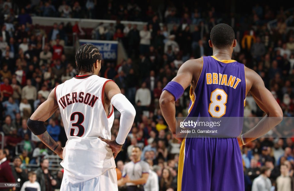 Bryant and Iverson watch the play : News Photo