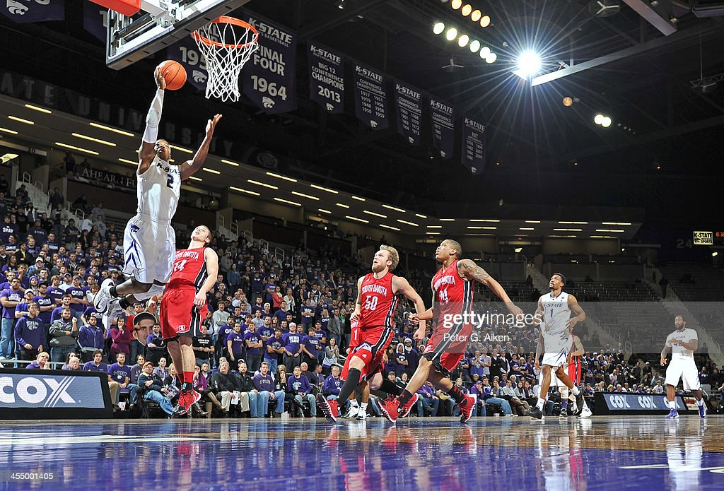 South Dakota v Kansas State : News Photo