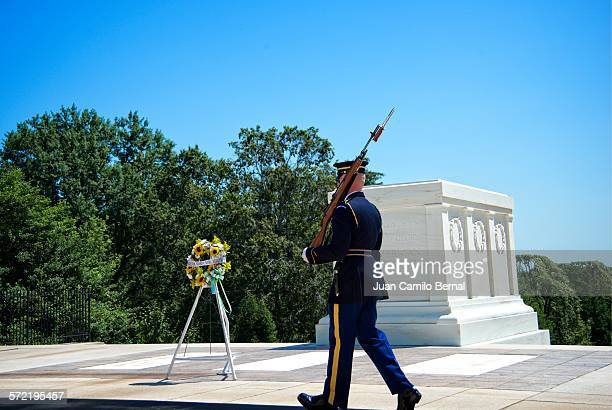 guard walking by the tomb of the unknown soldier - tomb of the unknown soldier arlington stock pictures, royalty-free photos & images