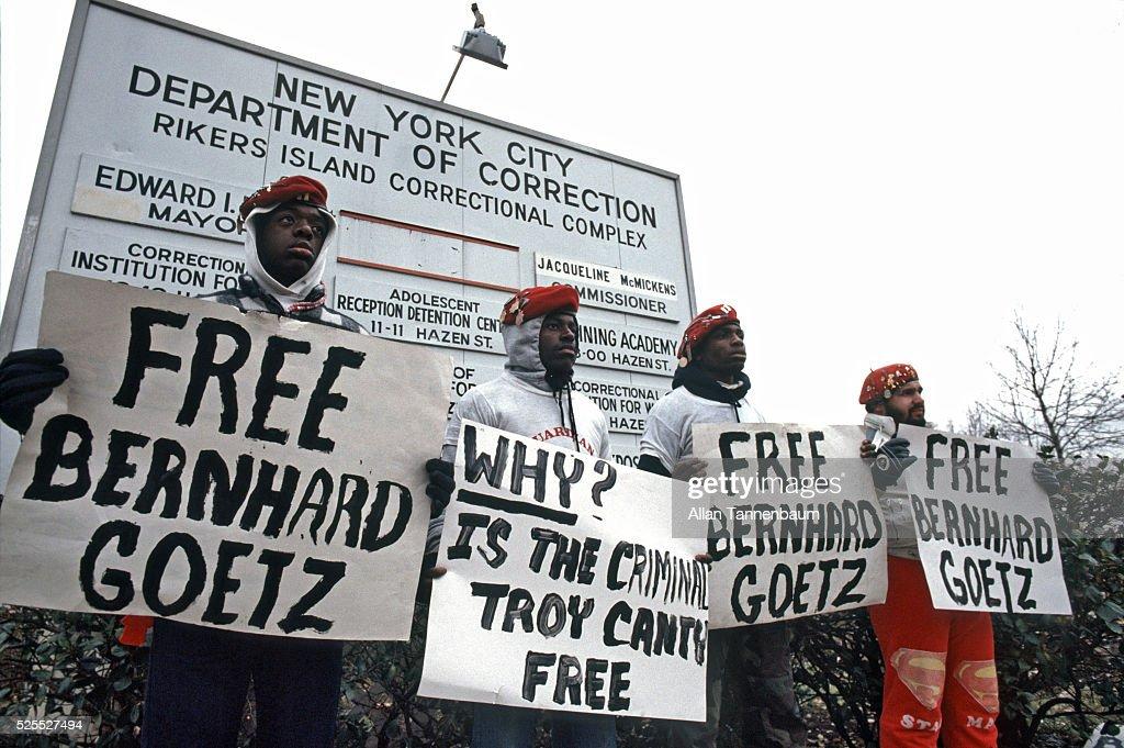 Guardian Angels support Bernhard Goetz at Rikers : News Photo