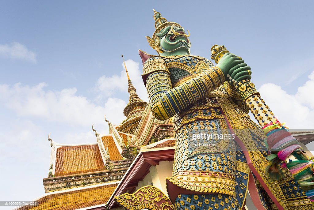 Guardian statue outside Wat Arun temple, low angle view : Foto stock