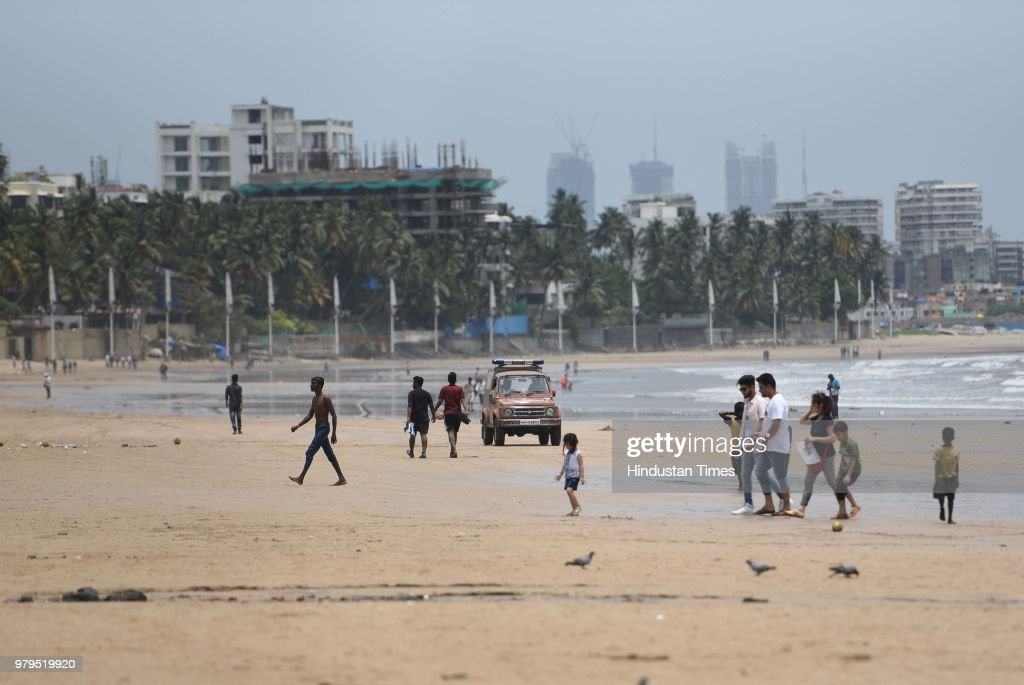 People Enjoy At Juhu Chowpatty