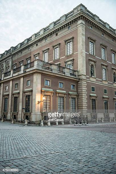guards marching outside royal palace in stockholm, sweden - the stockholm palace stock pictures, royalty-free photos & images