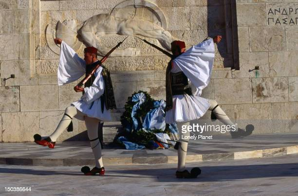 guards outside the greek parliament buildings, athens. - ギリシャ国会議事堂 ストックフォトと画像