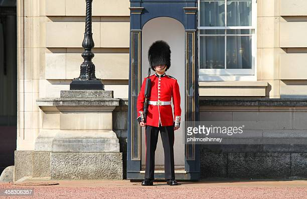 guardsman outside buckingham palace - honor guard stock pictures, royalty-free photos & images