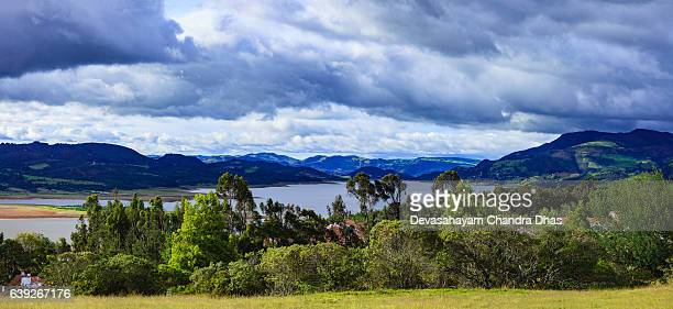 guatavita, colombia - the water level at the embalse del tominé is much lower than normal: the effect of an el niño year. - cundinamarca stock pictures, royalty-free photos & images