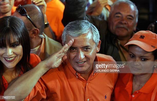 El general retirado Otto Perez Molina saluda tras ser proclamado candidato a la presidencia de Guatemala por el Partido Patriota en Ciudad de...