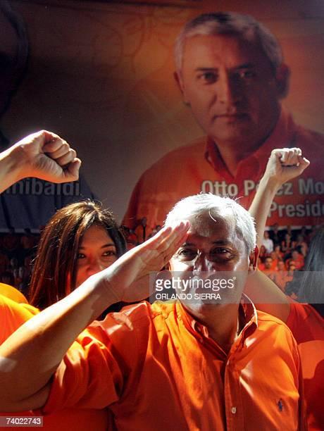 El general retirado Otto Perez Molina saluda militarmente tras ser proclamado candidato a la presidencia de Guatemala por el Partido Patriota en...