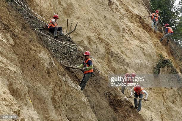 Empleados de Caminos trabajan en la ladera de un cerro en la periferia oeste de Ciudad de Guatemala el 14 de junio de 2007 El presidente Oscar Berger...