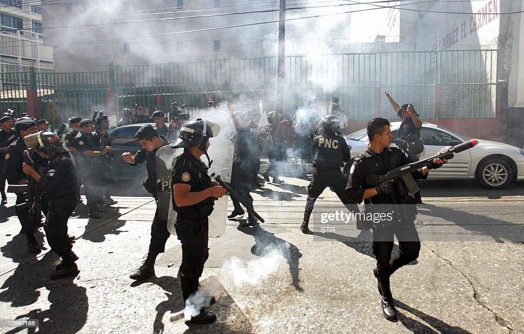 Miembros de la Policia Nacional Civil la : News Photo