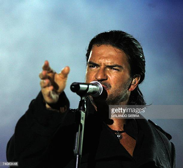 Ricardo Arjona perfoms at Mateo Flores stadium in Guatemala city 05 May 2007 as part of his international tour 'Adentro' AFP PHOTO Orlando SIERRA