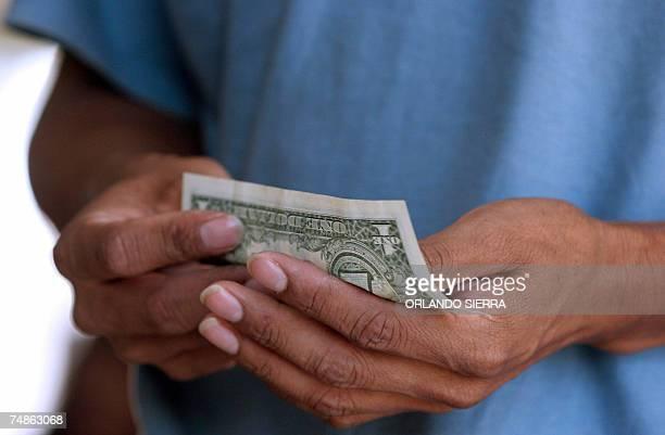 Un indocumentado guatemalteco se apresta a cambiar un dolar al arribar a la Fuerza Aerea Guatemalteca en la periferia sur de Ciudad de Guatemala el...